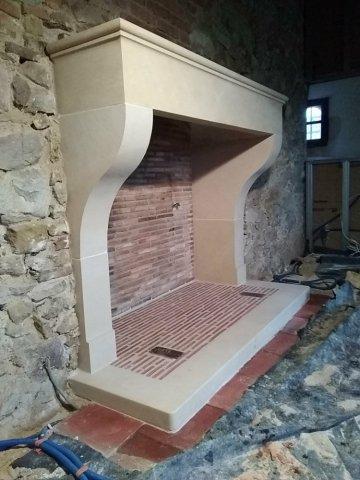 Création , taille et pose d'une cheminée en pierre calcaire de tercé .  Secteur St Laurent de la salle( vendée )