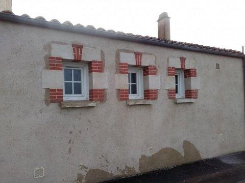 Habillage de 3 fenêtres en briques et pierres