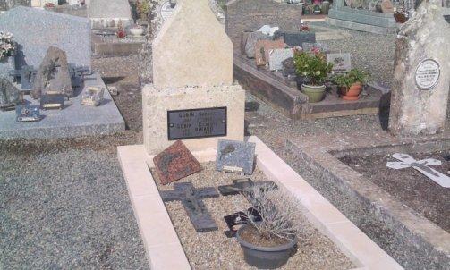 Restauration d'un monument funéraire ( Maillezais ).