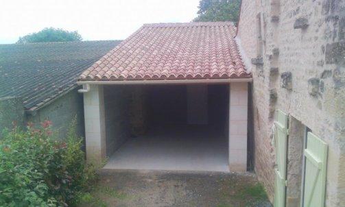 Construction d'un garage jambages en pierres , toiture ,charpente traditionnel