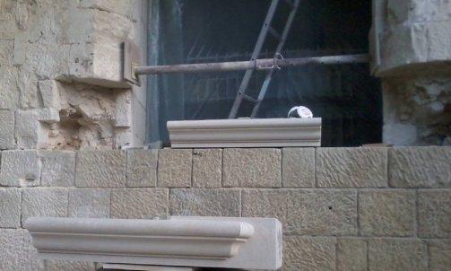 Restauration d'une fenêtre de château ,  monument historique .