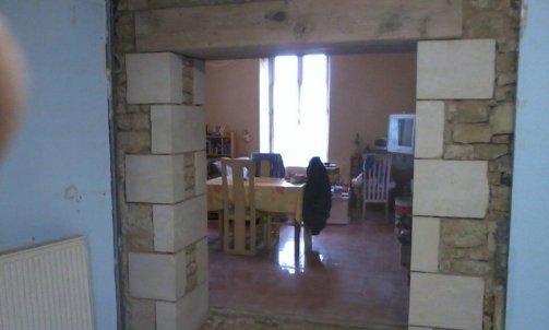 Restauration et création d'une ouverture en pierre .
