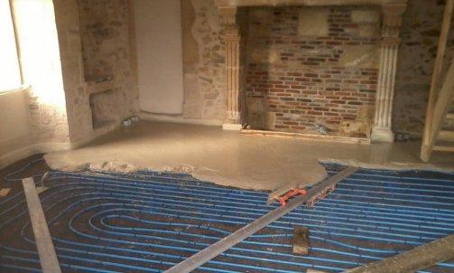 Chape fluide à la chaux sur chauffage au sol .