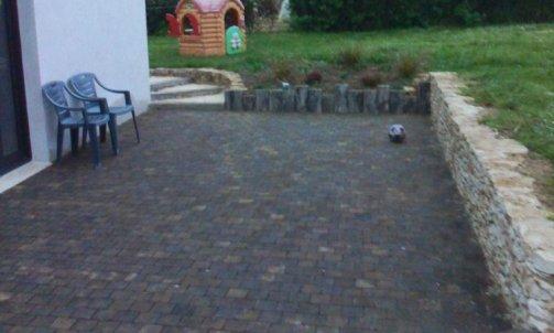 Création d'une terrasse en pavés de chêne , aménagement extérieur , muret en pierre sèche .