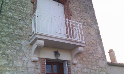 Taille de pierres et ornementation : Création et restauration  d'un balcon en pierre secteur Fontenay le conte.