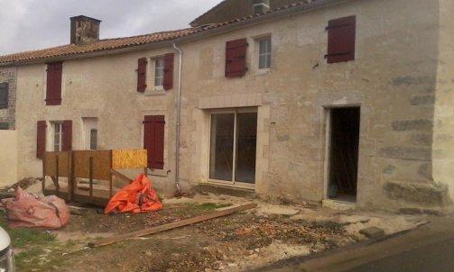 """Restauration d'une façade , enduit chaux sable secteur """"Coulonges sur l'autize """""""