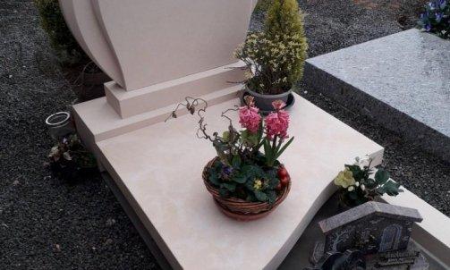 Création et pose  d'un monument funéraire en pierre calcaire non gélive .